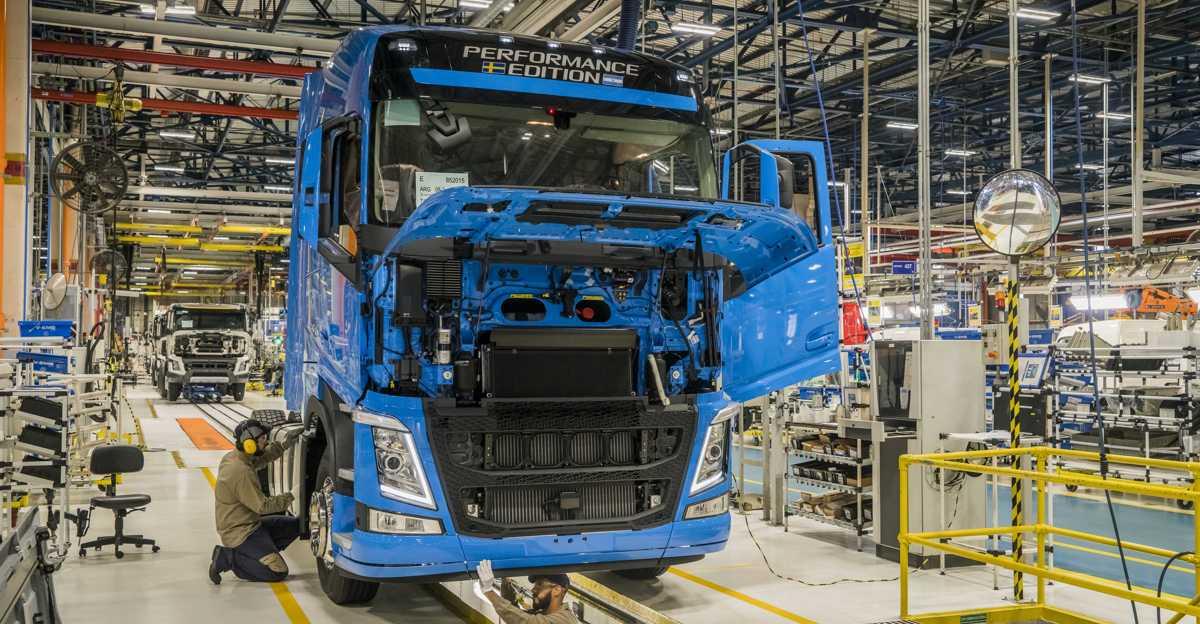 (Português do Brasil) Volvo contrata e reabre 2º turno em fábrica de caminhões em Curitiba!